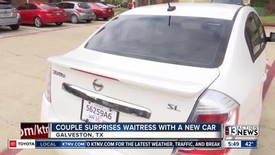 Nữ nhân viên phục vụ được khách hàng hào phóng tặng xe ô tô