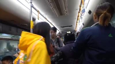 """Nữ nhân viên xe buýt và những bữa ăn vội """"mỳ tôm đá"""""""