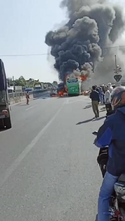 Xe khách bốc cháy ngùn ngụt trên quốc lộ 1A