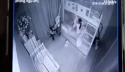 Người giúp việc cầm 2 chân dốc ngược đầu bé gái 13 tháng tuổi
