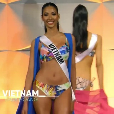 Hoàng Thuỳ trình diễn bikini
