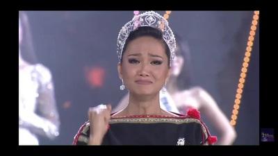 H'Hen Niê gây sốt khi giản dị trong trang phục cô gái Ê-Đê, trao vương miện cho tân Hoa hậu