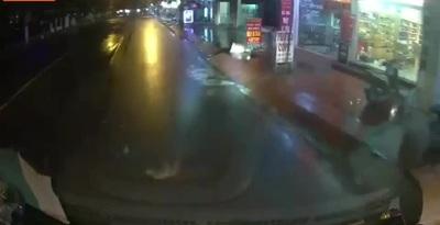 Đường mưa trơn trượt, người đàn ông ngã thẳng vào gầm xe tải