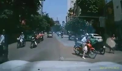 Người phụ nữ đi xe máy với cách xử lý khó hiểu gây ra tai nạn cho người khác