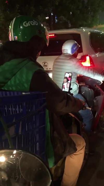 Khoảnh khắc anh xe ôm tranh thủ gọi điện cho vợ con khi giao hàng đêm khuya