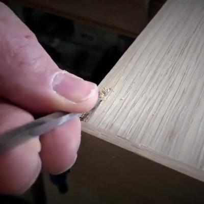 Xem cách thợ mộc sửa lại một lỗ thủng nhỏ trên bàn