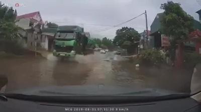 Xe tải với màn lội nước gây bức xúc cho người đi đường