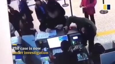 Khách Trung Quốc hành hung, xé thẻ tên của nhân viên hàng không