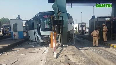Xe khách tông nát 2 cabin trạm thu phí cao tốc TPHCM-Trung Lương