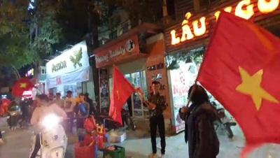 """100 nghìn đồng/cờ, dân Hà Nội không tiếc tiền mua đi """"bão"""""""