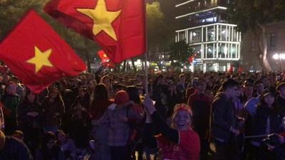 Cổ động viên nức lòng với bàn thắng thứ 3 của U22 Việt Nam