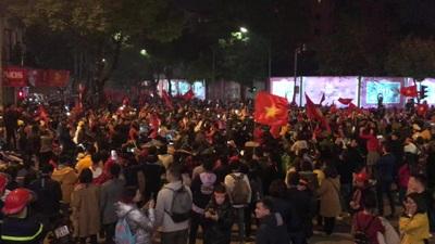 Người hâm mộ xuống đường mỗi lúc một đông ăn mừng chức vô địch