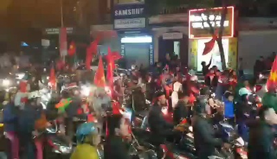 Người dân Hà Nội ken kín đường ăn mừng chiến thắng