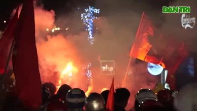 Mừng chiến thắng của tuyển Việt Nam, pháo sáng xuất hiện quanh Hồ Gươm