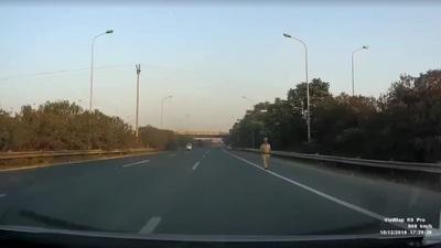 Chạy ngược chiều trên đường cao tốc, ba chiếc xe máy đi hẳn sang làn ngoài cùng để tránh công an