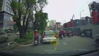 Bất bình hình ảnh taxi ép hai mẹ con cô gái đi xe máy vào dải phân cách