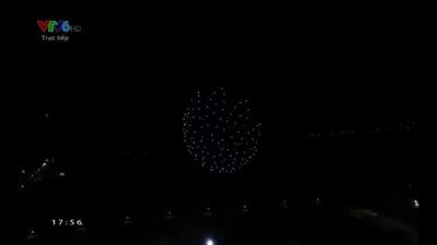 """Khẩu hiệu """"We Win As One"""" được xếp bằng ánh sáng trên sân khấu bế mạc SEA Games 30"""