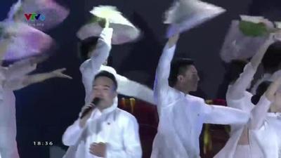 """""""Hãy đến với con người Việt Nam tôi"""" do tốp ca nam nữ và nhóm múa thể hiện."""