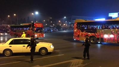 Khoảnh khắc đoàn xe đón các cầu thủ u22 Việt Nam tiến ra từ sân bay Nội Bài