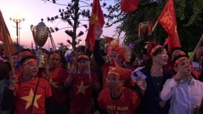 Hàng ngàn cổ động viên cuồng nhiệt cổ vũ đội tuyển U22 Việt Nam trở về