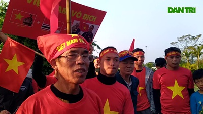 Cổ động viên Việt Nam háo hức đón thầy trò HLV Park Hang Seo