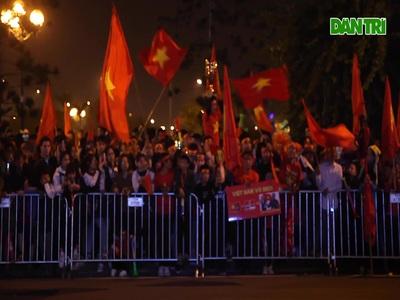 CĐV đổ về sân bay Nội Bài trước giờ đội tuyển U22 về nước
