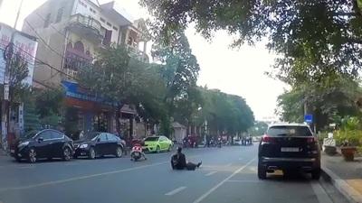 """""""Ninja Lead"""" hạ gục người đi bộ lững thững giữa đường"""