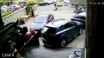 Sốc khoảnh khắc xe sang mất lái, tông hàng loạt xe máy trên đường