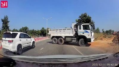 Phẫn nộ xe ben đi ngược chiều gây tai nạn cho người đi xe máy