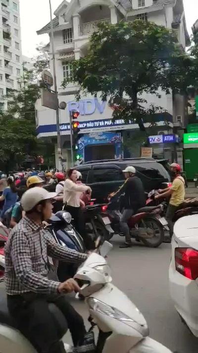 Người phụ nữ ngoại quốc chặn xe đi ngược chiều trên đường phố Hà Nội