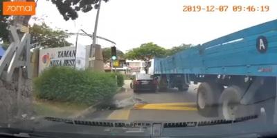 Chuyển hướng không quan sát, xe tải kéo lê xe con dưới gầm