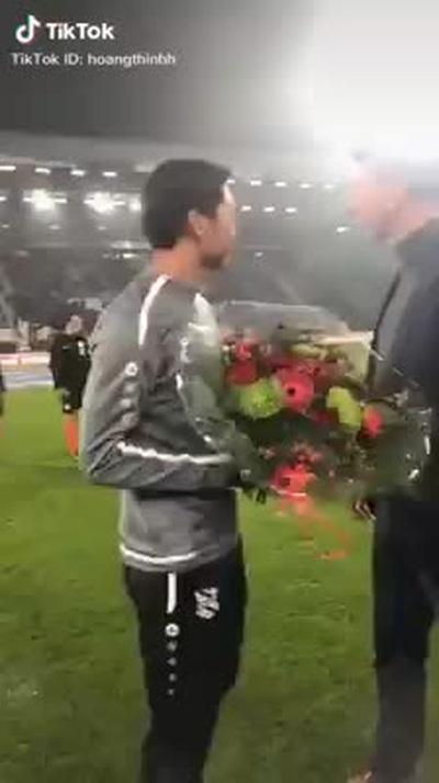 Khoảnh khắc cầu thủ Đoàn Văn Hậu được câu lạc bộ SC Heerenveen vinh danh khiến nhiều người tự hào