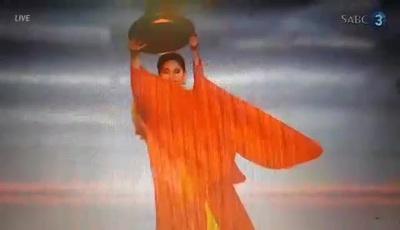 Lương Thuỳ Linh trình diễn vũ điệu mâm vàng tại Hoa hậu thế giới 2019
