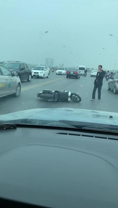 Người đàn ông say rượu vứt xe máy rồi múa may giữa đường