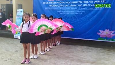 Các em học sinh bản Nậm Lốt tưng bừng đón nhận Phòng học Khuyến học và Dân trí.