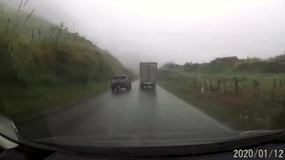 Xử lý sai, xe bán tải quẫy đuôi đối mặt xe đổ đèo