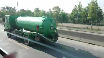 Xe hút hầm cầu vừa đi vừa xả... chất thải ra đường tại Hà Nội