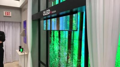 Cận cảnh TV OLED có khả năng cuộc xuống từ trần nhà được LG trình diễn tại CES 2020