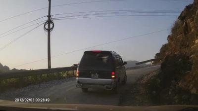Kinh hoàng khoảnh khắc xe tải mất đà khi lên dốc đèo rồi rơi tự do xuống vách núi