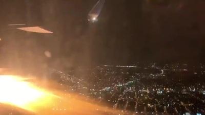 Khoảnh khắc động cơ máy bay Mỹ tóe lửa trên không