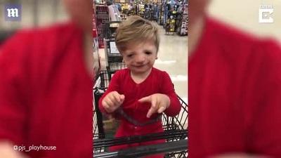 """Cảm động khoảnh khắc bé trai khiếm thính lần đầu nói """"con yêu mẹ"""""""