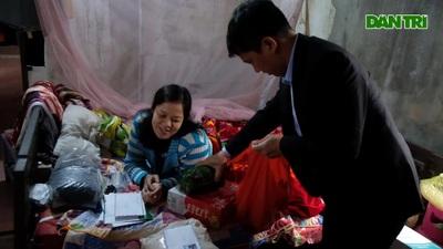 Các nhà hảo tâm phối hợp với báo Dân trí đến trao quà cho chị Hồng