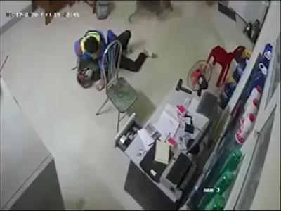 Nhân viên cây xăng quật ngã tên cướp đang dùng dao khống chế