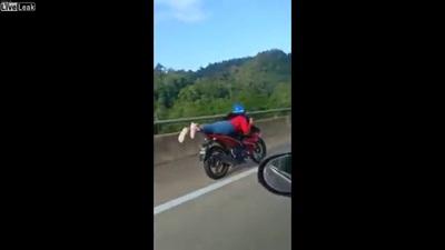 """Cô gái trẻ không bằng lái, liều lĩnh """"diễn xiếc"""" với xe máy giữa đường"""