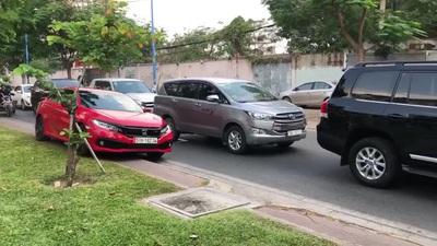 Xe ô tô leo hẳn lên lề để đi qua đoạn đường đang ùn tắc