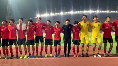 Cầu thủ U23 Hàn Quốc tri ân cổ động viên tại Thammasat