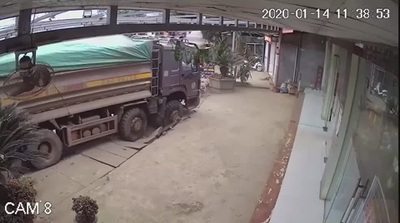 Tránh thanh niên đi xe máy ẩu, xe ben suýt lao vào nhà dân bên đường