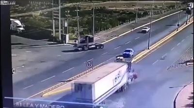 Sang đường bất cẩn, xe ô tô gây tai nạn kinh hoàng