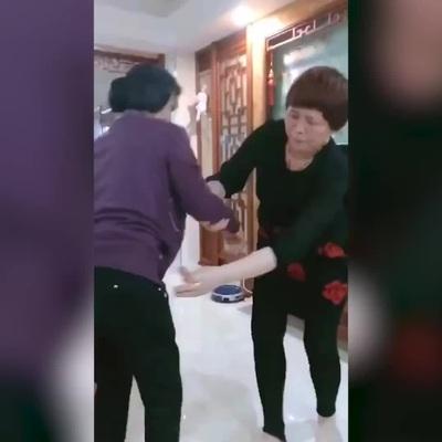 Truyền thống giả vờ từ chối nhận tiền lì xì dịp Tết
