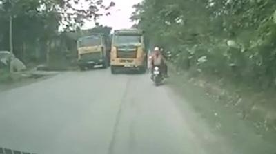 Rùng mình xe ben vượt ẩu suýt gây tai nạn cho hàng loạt xe đi ngược chiều